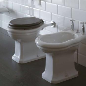 Bidet a terra tre fori. Erogazione acqua dal sanitario. Installazione distanziata da parete. Completo di fissaggi.