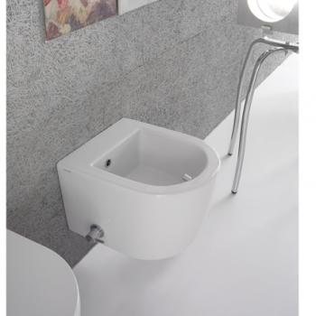 Bidet sospeso con erogazione da ceramica con sistema di fissaggio dal basso nascosto. Completo di rubinetto e piletta di scarico