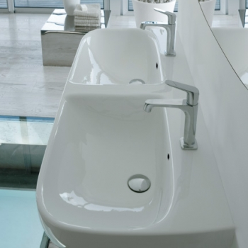Lavabo 120 monoforo a doppia vasca. Con foro troppo pieno. Installazione sospesa. Completo di fissaggi.