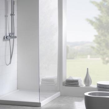 Piatto doccia 72x90 con texture antiscivolo. Installazione da appoggio o filo pavimento. Portata di scarico 30 l-m