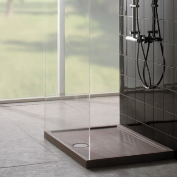 Piatto doccia 80x120. Installazione da appoggio o filo pavimento. Completo di piletta di scarico sifonata e ispezionabile ø 90. Con portata di scarico 30 l-m. Finitura peperino grigio.