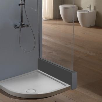 Piatto doccia 90x90 ad angolo con texture antiscivolo. Installazione da appoggio o filo pavimento. Portata di scarico 30 l-m