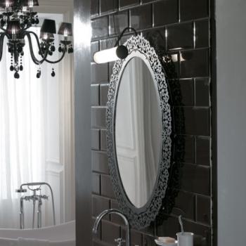 Specchio con cornice in metallo, finitura metallo anticato.